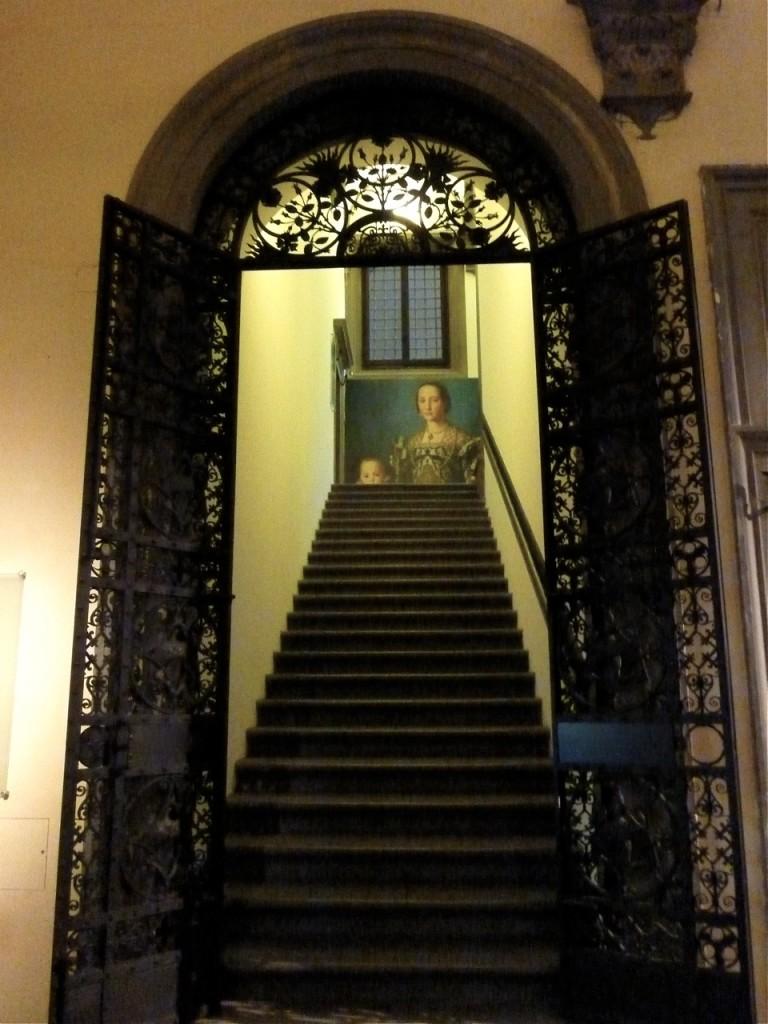 A entrada. Estas escadas aparentemente inócuas, são um desafio para qualquer pessoa, pois elas parecem que vão pra trás! Não considgo imaginar como no Renascimento com toda aquela roupa, subiam por elas!!