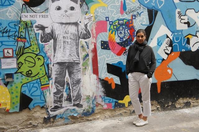 Look do dia na frente dos famosos murais, ou grafiti, da cidade! Suéter COS (que tem em Berlim), calça Banana Republic, tênis Superga e camisa por baixo Nana Kokaev