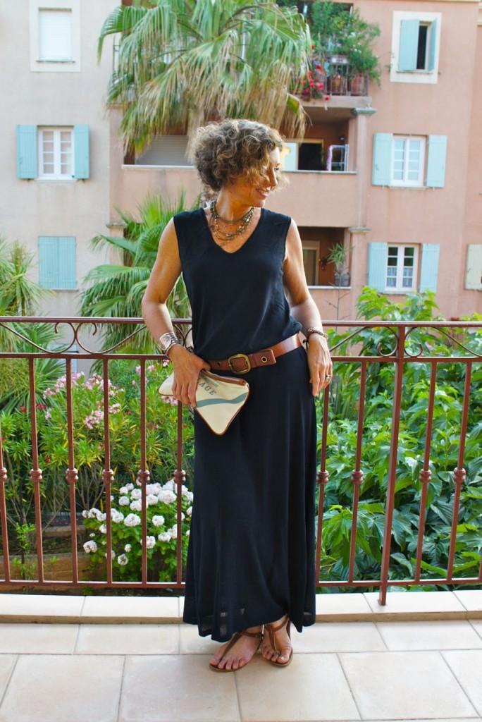 Look da primeira noite: vestido de tricot da BP Studio, cinto GAP, rasteirinha Rondini de St. Tropez e necessaire da Chez Dédé como bolsa. Gosto em lugares de praia, usar algo de casual chic para a noite, até sem salto. Acho mais adequado.