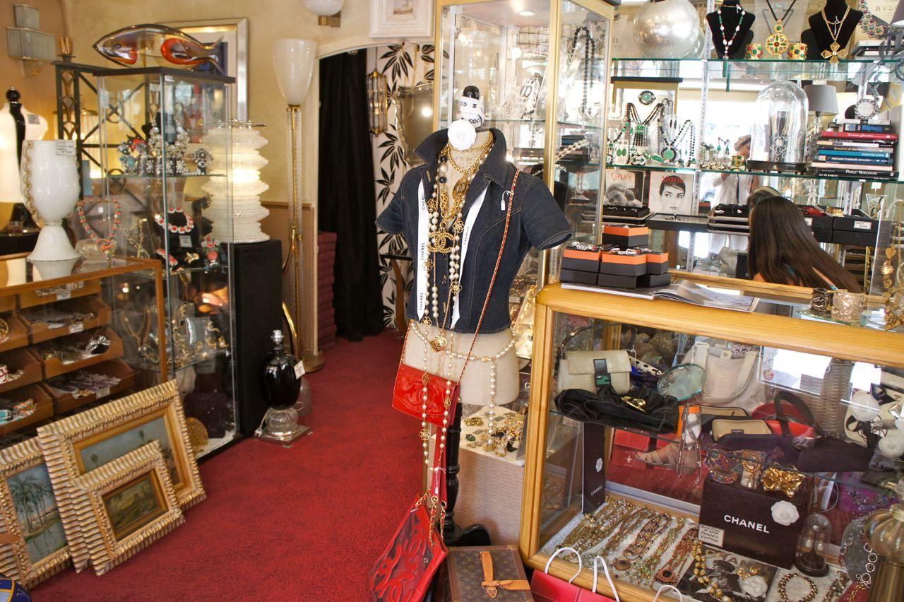 St. Tropez: Isabella M., amiga e colecionadora de bijoux Chanel e vidros de Murano vintage