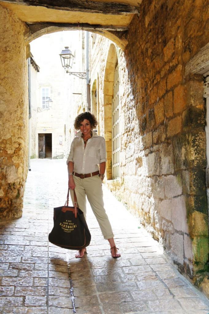 Calça de algodão Maison Scotch, camisa de linho Uniqlo, sandália Rondini e bolsa Chez Dédé.