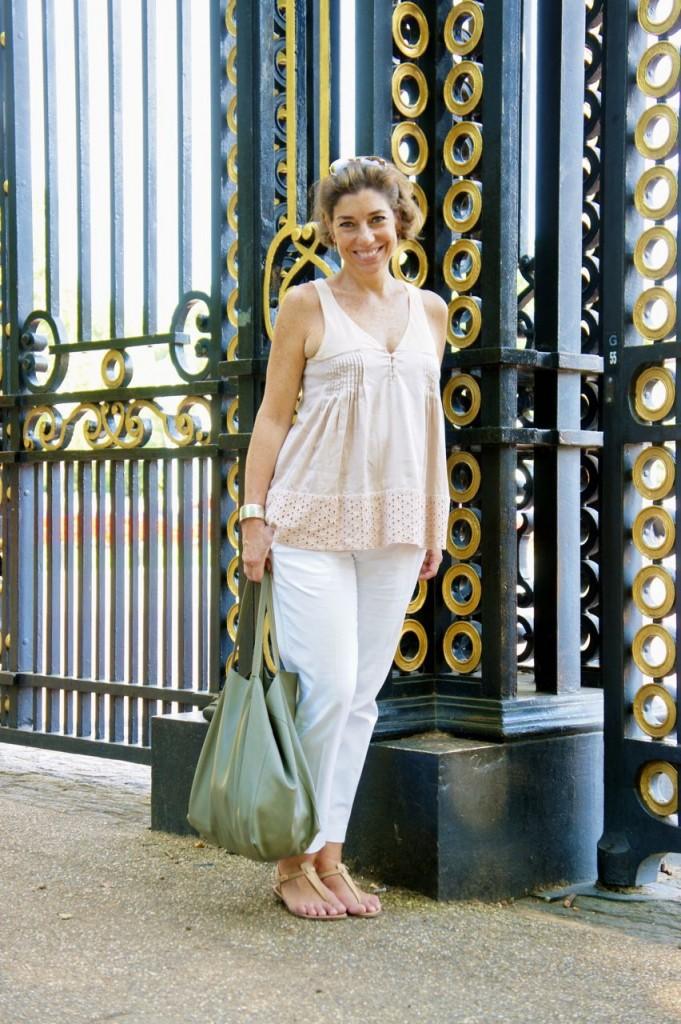 No Green Park. Para um passeio com este calor, cores claras! Top Maria Garcia, calça Banana Republic, rasteirinha Rondini e bolsa Céline.