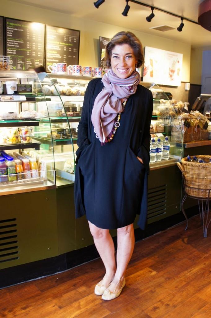 Uma variação do tema. O mesmo vestido COS, com um suéter longo BP Studio, echarpe de algodao Loro Piana, sapatilha Repetto.