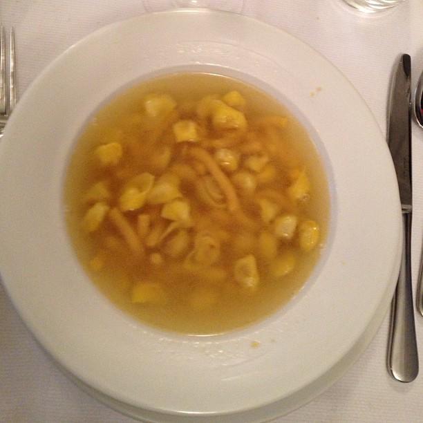 Caldo com tortellini e passatelli (feito com queijo e batata)
