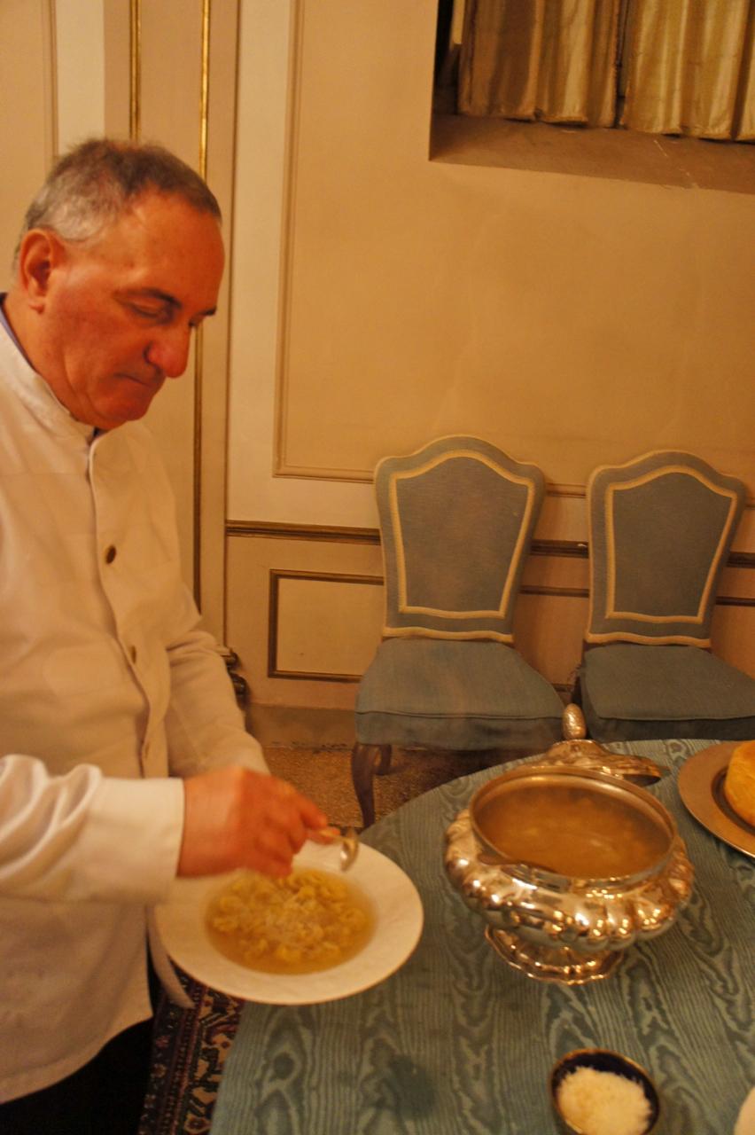 Caldo com tortellini e parmesão, tradição na época de Natal.
