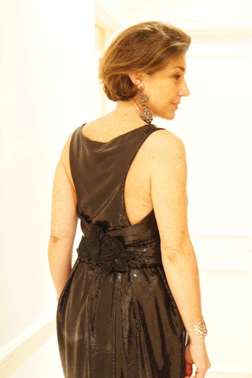 O decote das costas achei lindo.  As linhas limpas do vestido só pediram um brinco e um broche que coloquei nas costas.