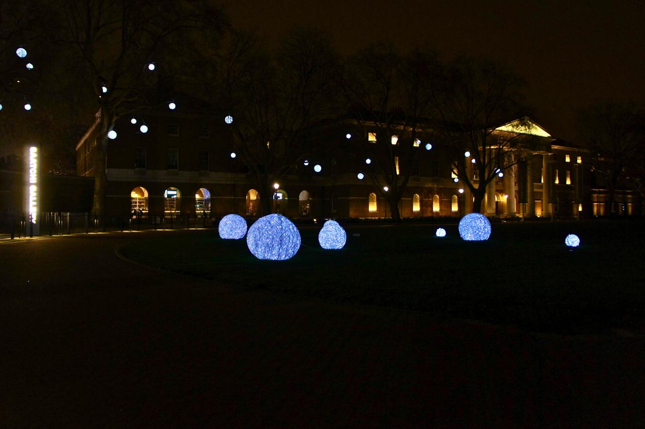 A Saatchi Gallery em Londres com as decorações natalinas.