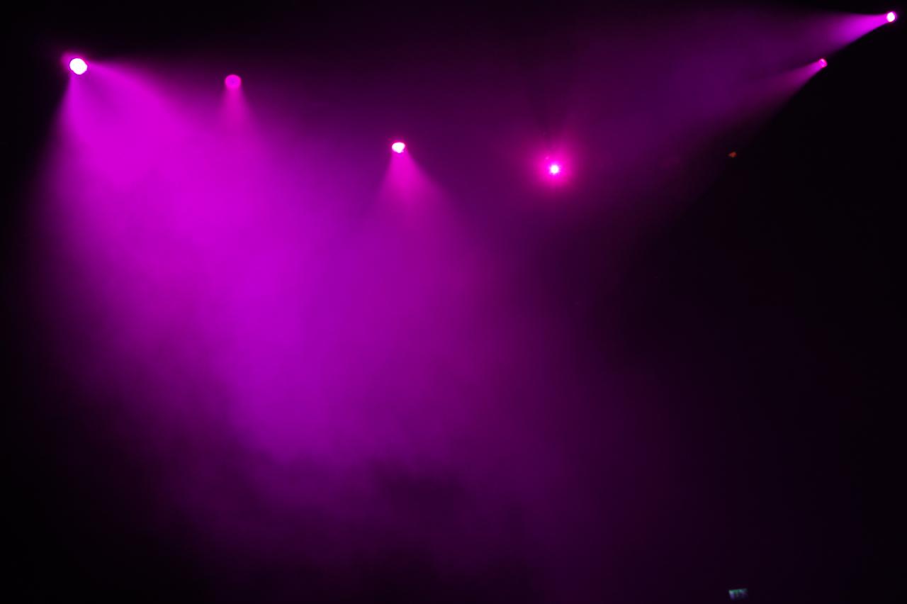 Entra-se no espaço redondo do Roundabout de Camden num nevoeiro roxo...