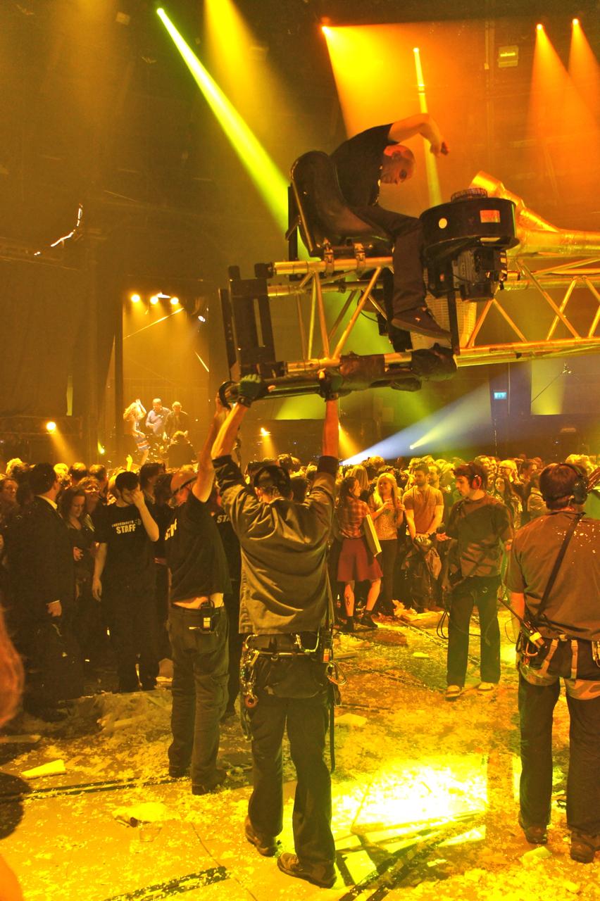 Pessoas dançando sobre guindastes...