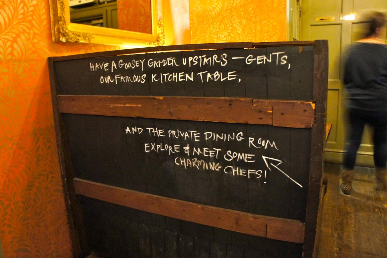 Mas tem uma dica de insider que vale super a pena!  Se você reservar a mesa da cozinha, vai comer lá, na cozinha com a companhia do simpaticíssimo chef Jesse Dunford Wood