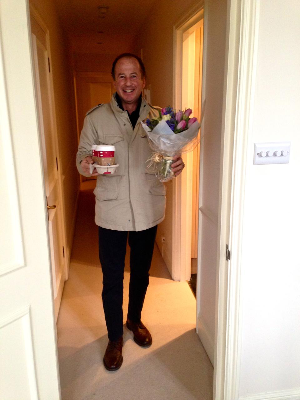 Assim que levantei, encontrei o Roberto com meu Soy-cappuccino-grande da Starbucks e um bouquet de flores!!!