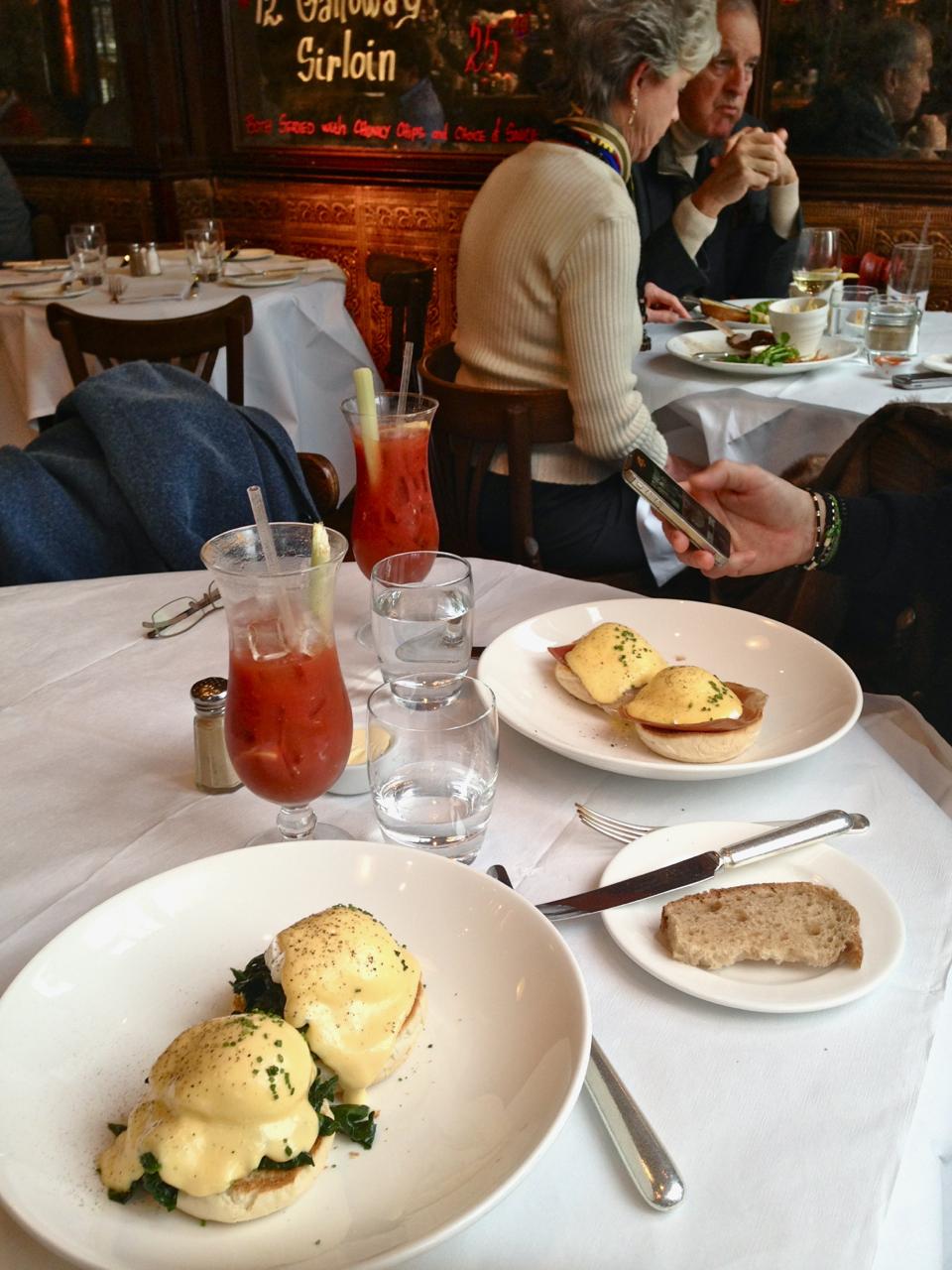 Chegam os ovos!! A minha variação é com espinafre (que se chamam Florentine) e os do Robbie com presunto, o clássico.
