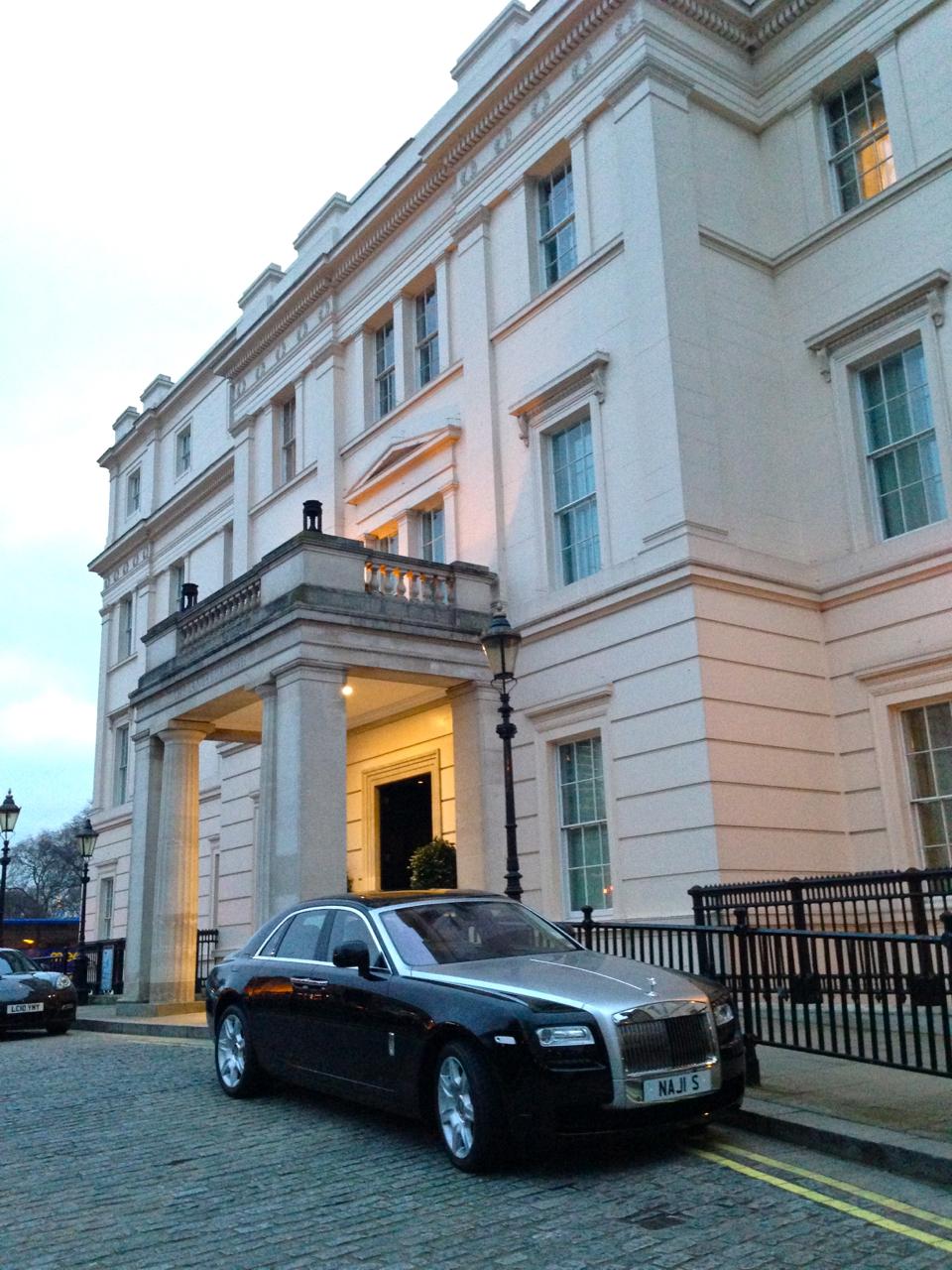 """O Lanesborough Hotel é super """"understated"""" o que quer dizer que não ostentam, pelo menos do lado de fora, o luxo."""