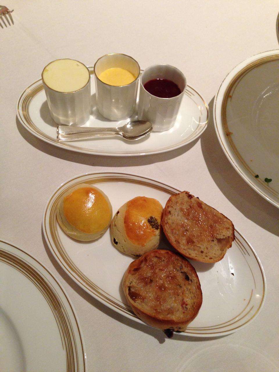 Também serviram scones que se come com clotted cream e geléia.