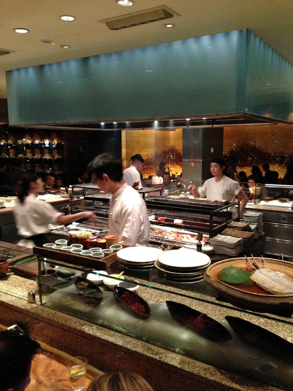 Subimos ao restaurante para a nossa mesa.  O robatayaki fica no meio do salão, mas garanto que nem o cabelo nem a roupa ficou cheirando a comida!
