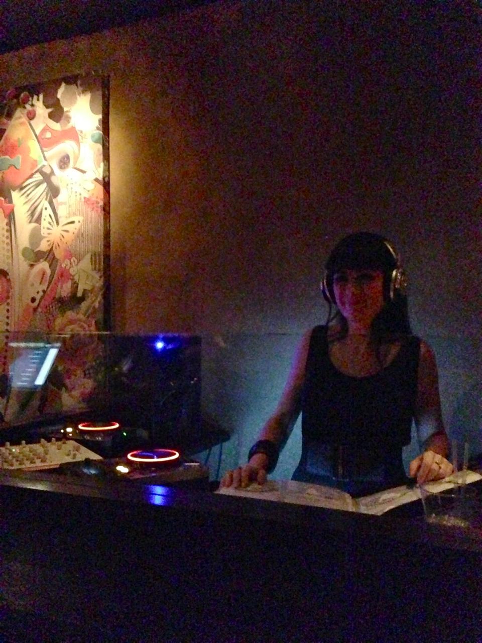 A DJ é um amor e personalizou os seus earphones com cristais!