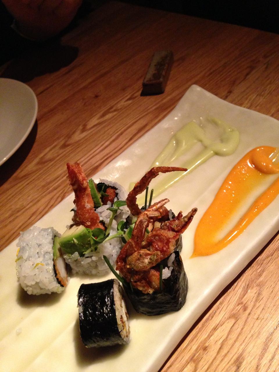 Siri mole e camarão fritos em sushi