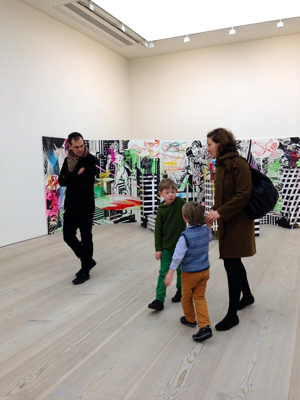 Gosto especialmente de famílias em galerias e museus.  Na Bienal em São Paulo, vi tantas famílias.  Isto é tão bacana!  Expor, sempre faz bem!