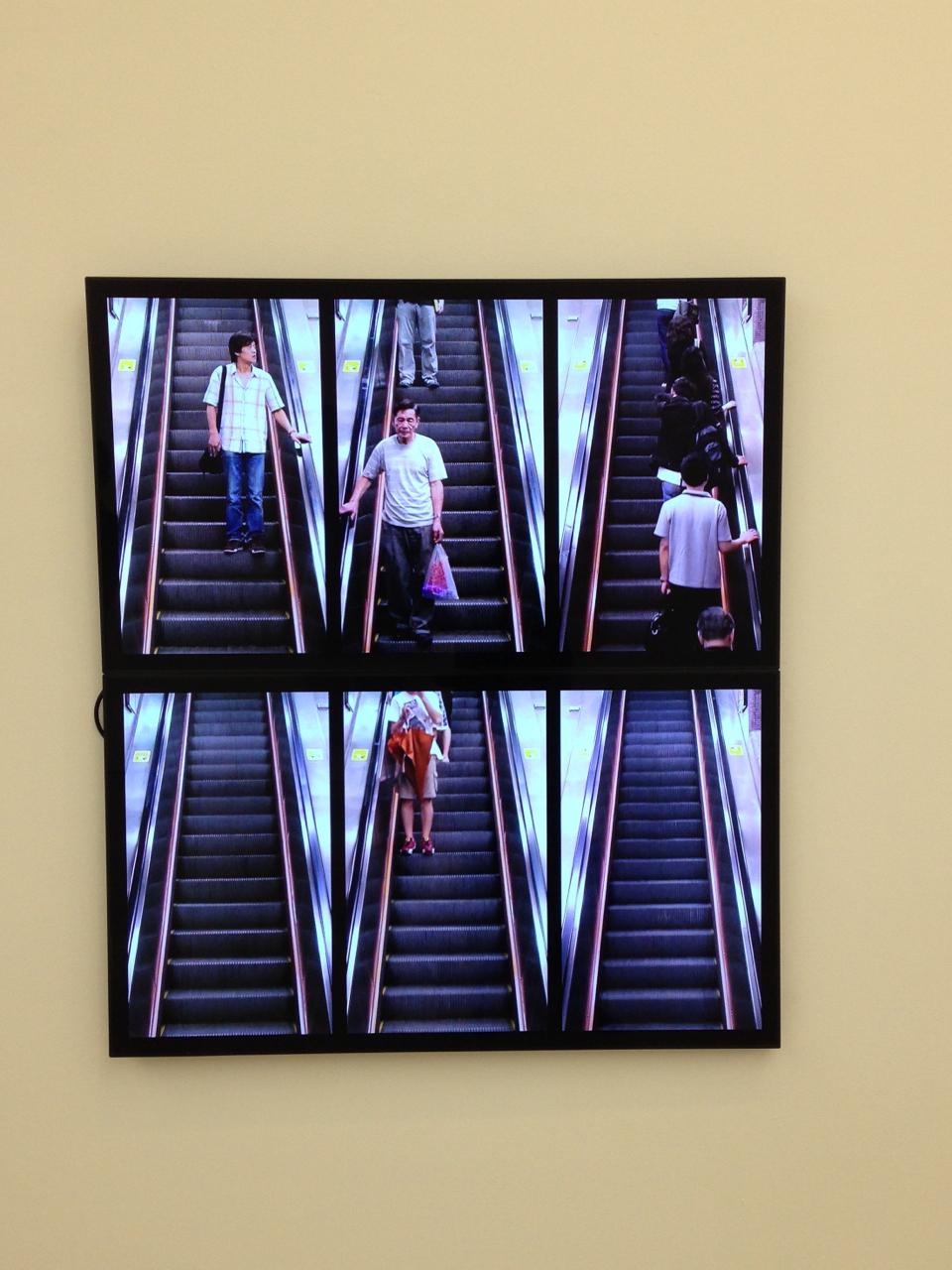 Na sala dos chineses, esta instalação de dois vídeos divididos em três que exibiam escadas rolantes, subindo e descendo com pausas intermitentes e separadas, tinha um efeito ótico e estético deslumbrante!  É de 2009 do artista Silas Fong.