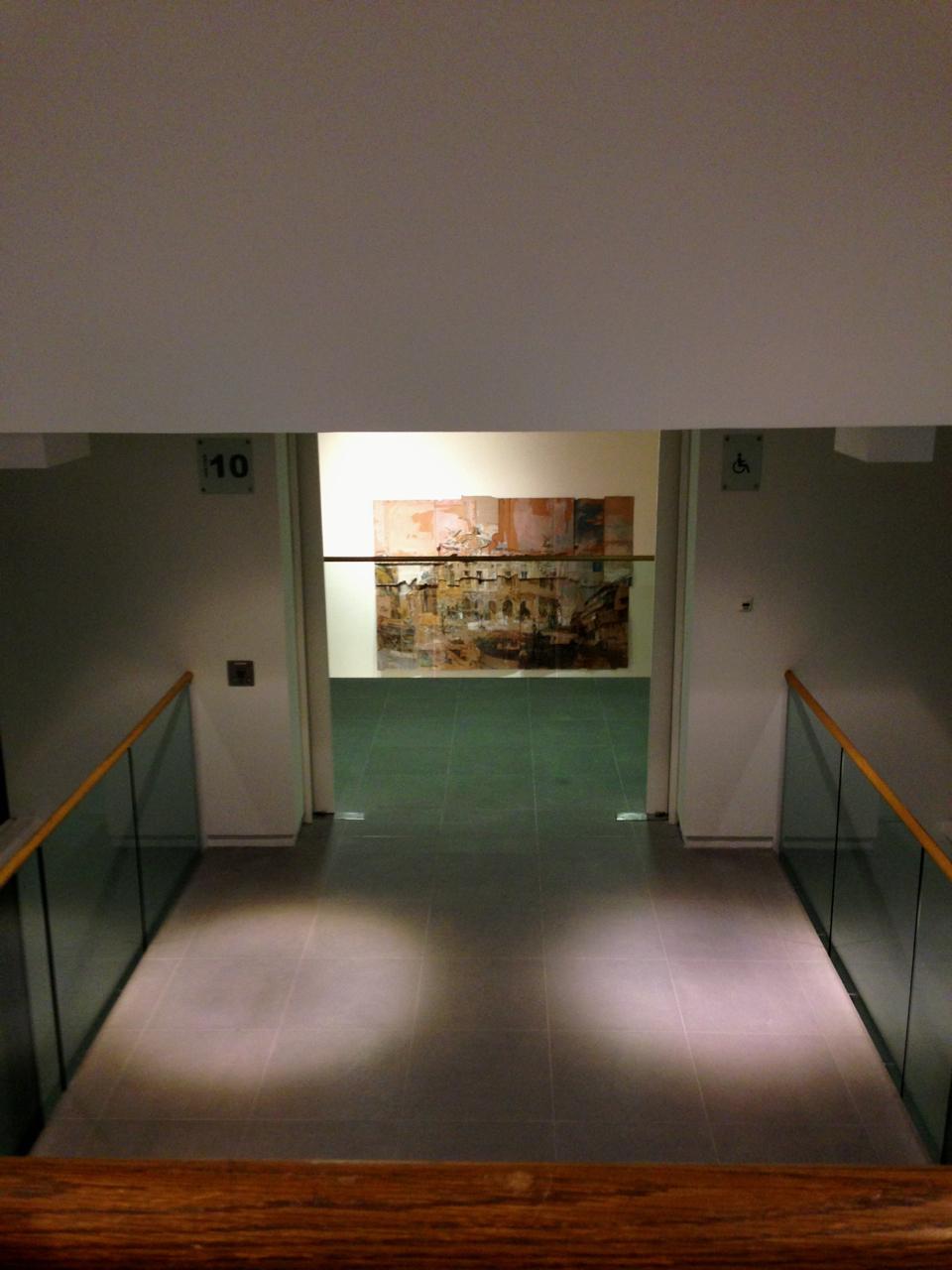 A obra tem posição importante.  Também se vê do terceiro andar.