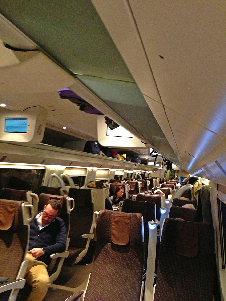 O trem de Florença a Roma demora uma hora e meia.