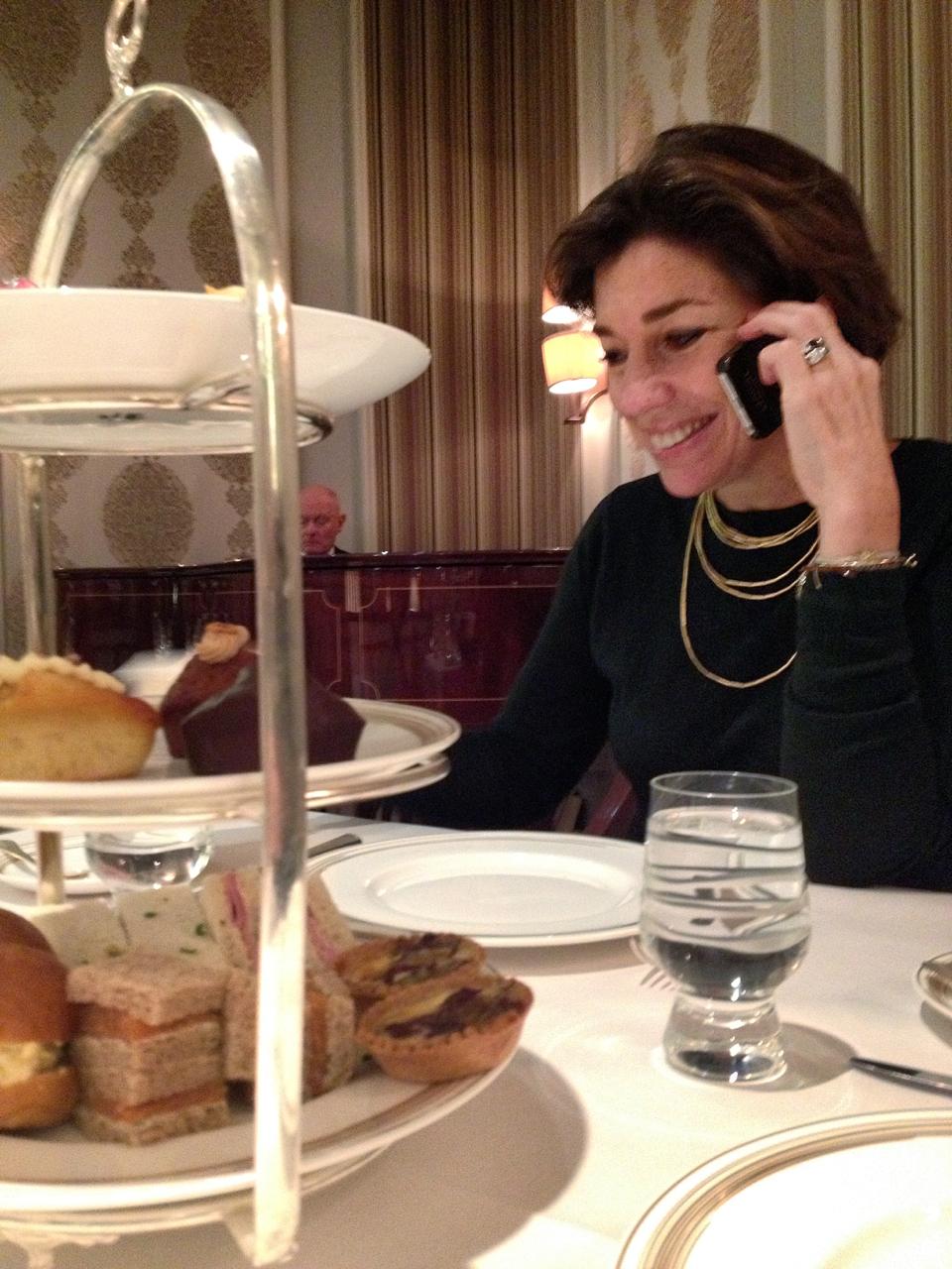 Recebi tantas ligações durante o dia!!.. O high tea oferece sanduíches (embaixo), bolos e doces.