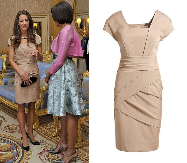Kate Middleton recebendo Michelle Obama em Londres usando um vestido Reiss.