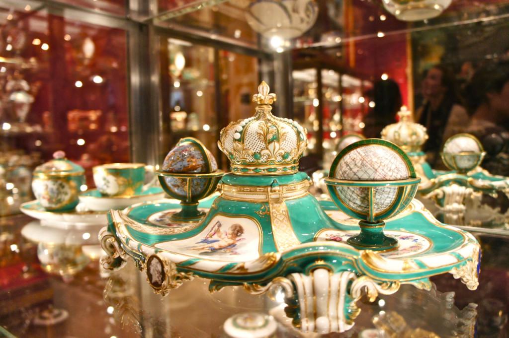 Este foi um presente de Louis XV, rei da França à sua filha preferida, Marie Adelaide.  É um tinteiro de 1758.  É rarissimo por ter estes globos que contem a tinta, areia para secar a tinta, esponja para secar a pluma e um sininho para chamar a servente que enviaria a carta.  Um é o globo do mundo e o outro celestial com os signos.