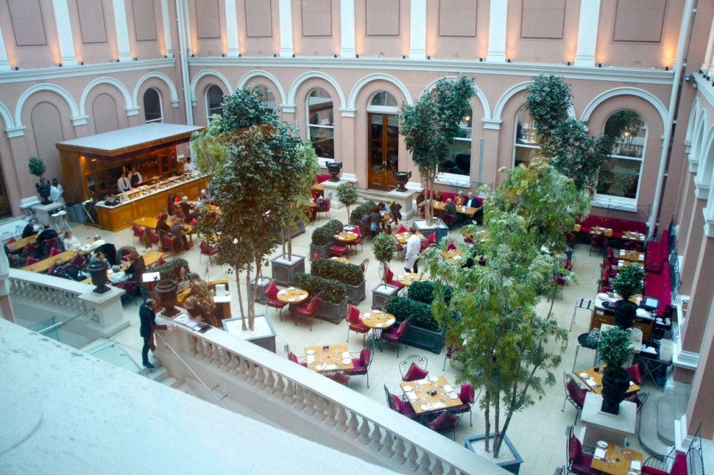 O Café no pátio interno do Wallace Collection oferece café da manhã, almoço, chá e jantar nas sextas e sábados.
