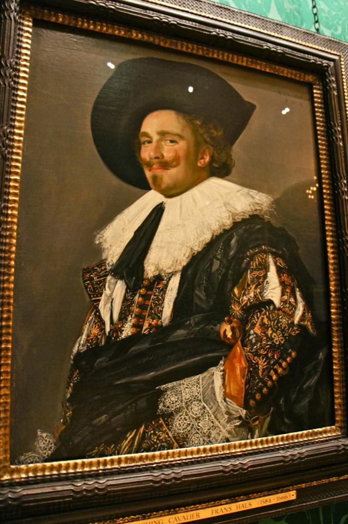 Este é um dos quadros mais famosos e intrigantes da casa.  O Smiling Cavalier de