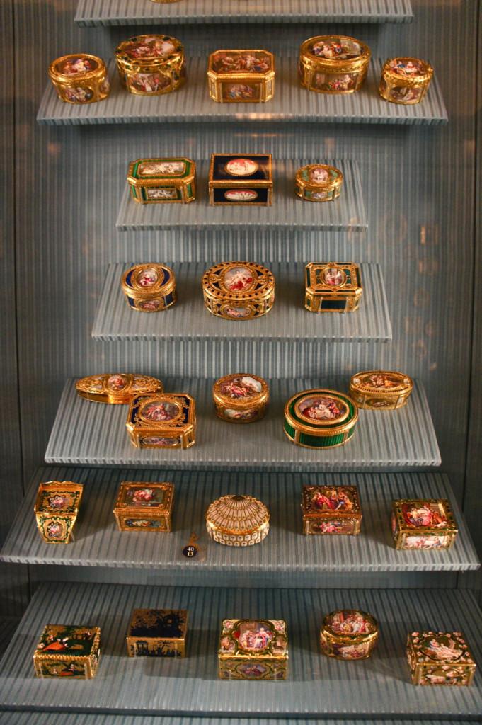"""Estas são maravilhosas """"snuff boxes"""" ou caixas de rapé.  Uma é mais maravilhosa do que a outra em ouro, esmalte, diamantes, cristal de rocca, pedras...uma maravilha!"""