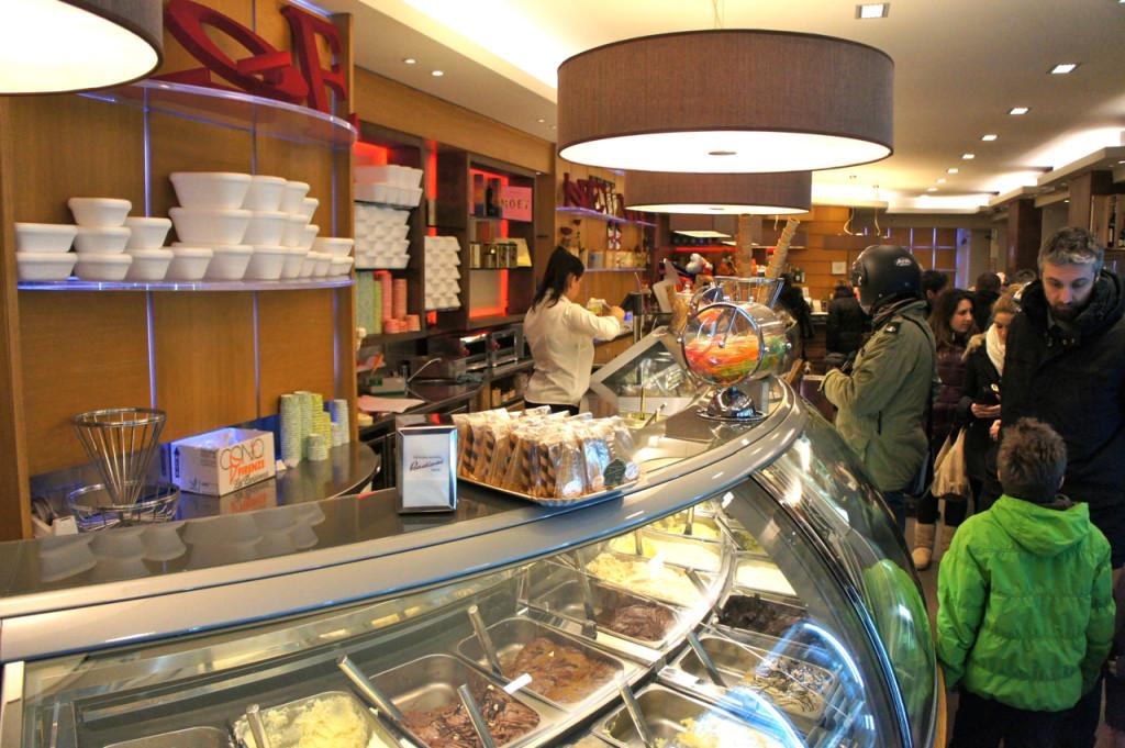 Na Itália, sorveteiros existem dentro de pasticcerie (doceiros). Aqui oferecem todos os tipos de doce além...