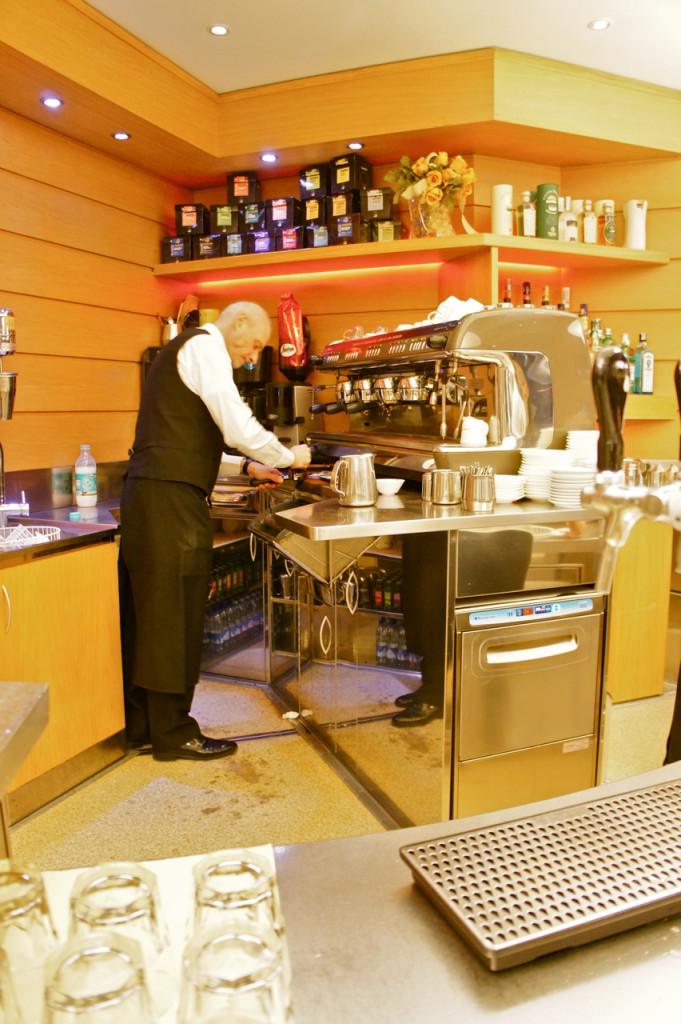 E a máquina, uma obra de arte. O aroma de café nestes lugares é divino!