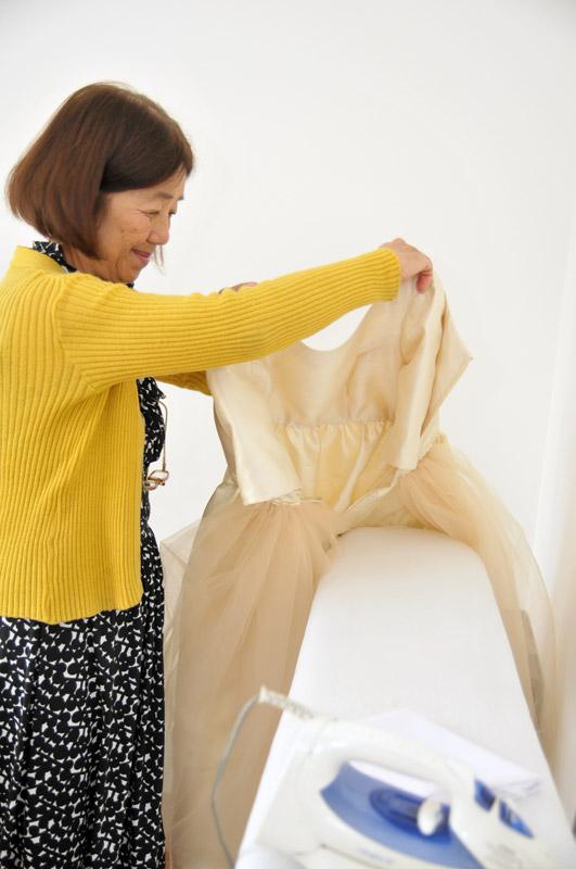 A maravilhosa costureira dando os últimos retoques.