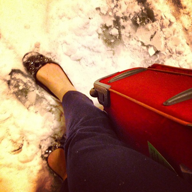 """Tivemos que andar sobre a neve para chegar ao terminal! Não haviam """"fingers"""" (tunelzinho onde se entra diretamente no terminal)"""