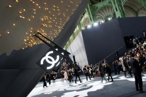 Um globo gigante indicando cada loja da Chanel no planeta com bandeirinhas personalizadas, nos acolheu no Grand Palais ontem.