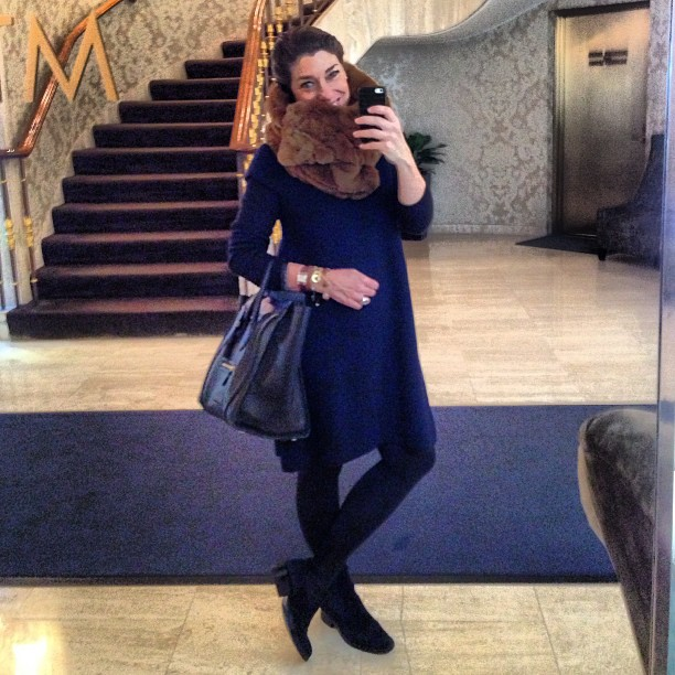 Nos dias mais fresquinhos, um vestido de lã da COS, gola alta de cashmere da BP Studio, bolsa Céline (arrebentada) e botas Andreoni.