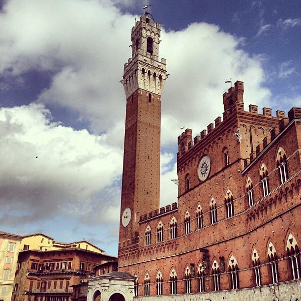 Palácio publico com a Torre del Mangia di 1300 na Piazza del Campo.  A praça mais conhecida, e linda, da cidade também pela corrida de cavalo centenar, Il Palio.