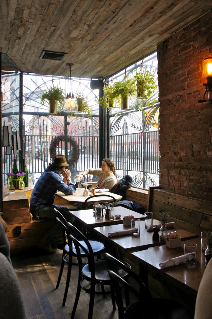 Duas das mesas são bem na janela por onde entra um solzinho delícia.