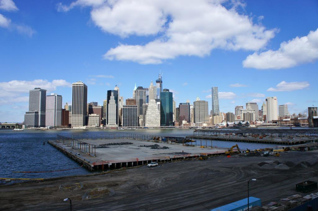 O desenvolvimento de um projeto lindo e ambicioso que constrói um parque imenso às margens das águas que dividem Brooklyn de Manhattan.