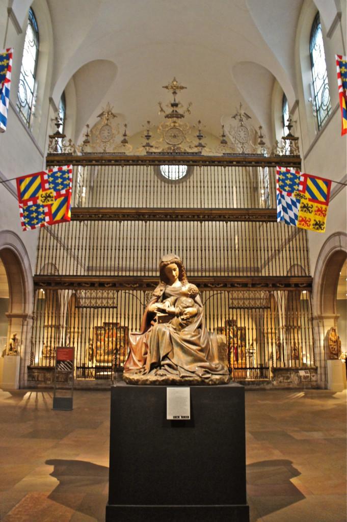 Portões de um altar espanhol no fundo e uma Madonna renascentista Italiana.