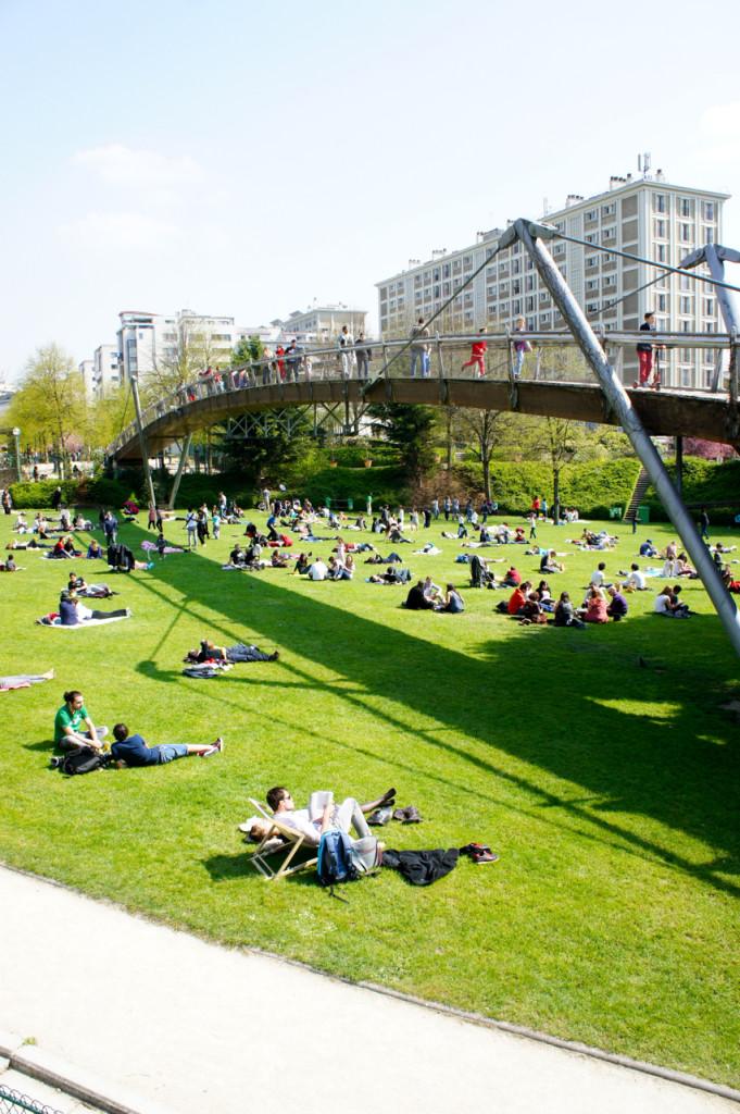 ...que com os primeiros raios de sol estava cheio de pessoas aproveitando o calorzinho...