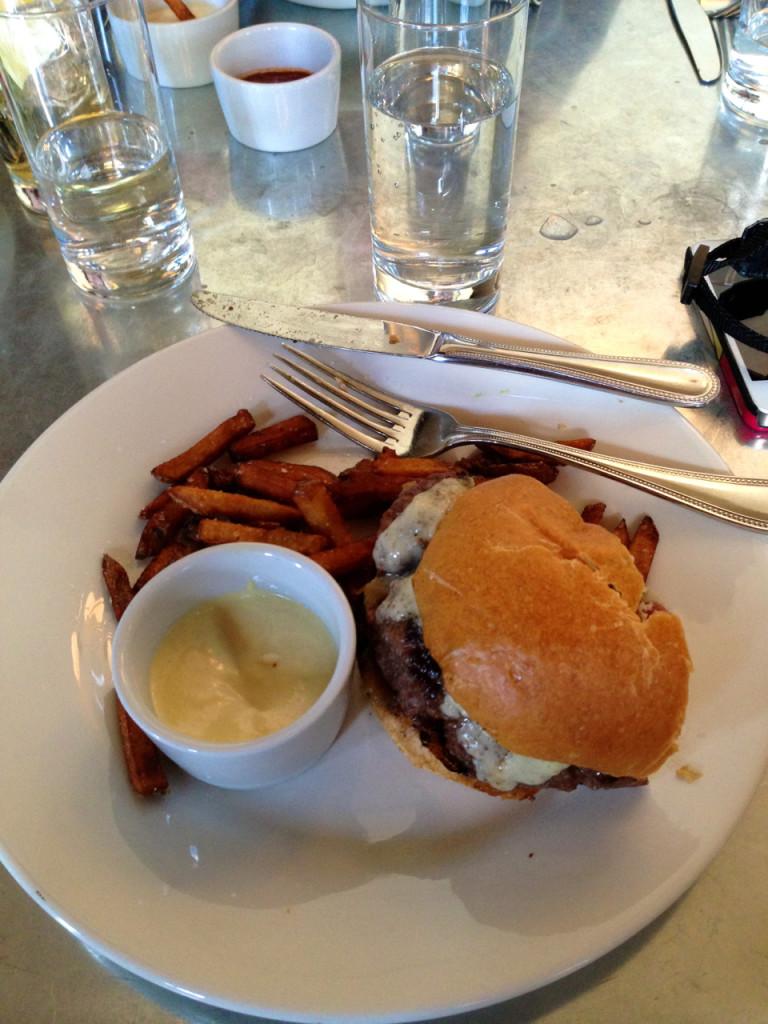 """Mais um hambúrger!  Estava sinceramente maravilhoso!!  Os """"fries"""" são de batata doce e o molho é aioli (um molho provençal tradicional, feito de alho, azeite de oliva, suco de limão, e gemas de ovo)."""