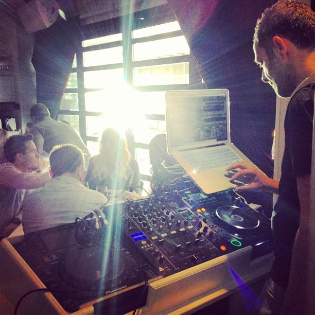 Às duas da tarde, o Beaumarchais já tem DJ.