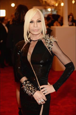 A deusa Versace!!! Não tem igual!  Seu último desfile foi Punk, espertíssima!