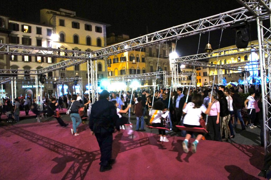Na praça montaram uns palcos com balanços que haviam sinos. Achei lindo a cacofonia dos sinos. Me deu uma enorme alegria!!