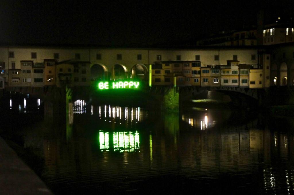 """Cruzando a ponte para ir a outro bar, vimos a instalação no Ponte Vecchio """"Be Happy"""" de Felice Limusani. Foi ele também quem criou os balanços com sinos."""
