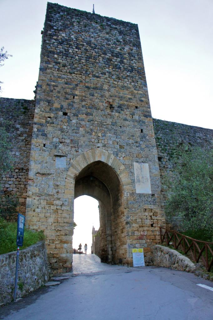 A entrada da cidade por um dos portões da cidade medieval.