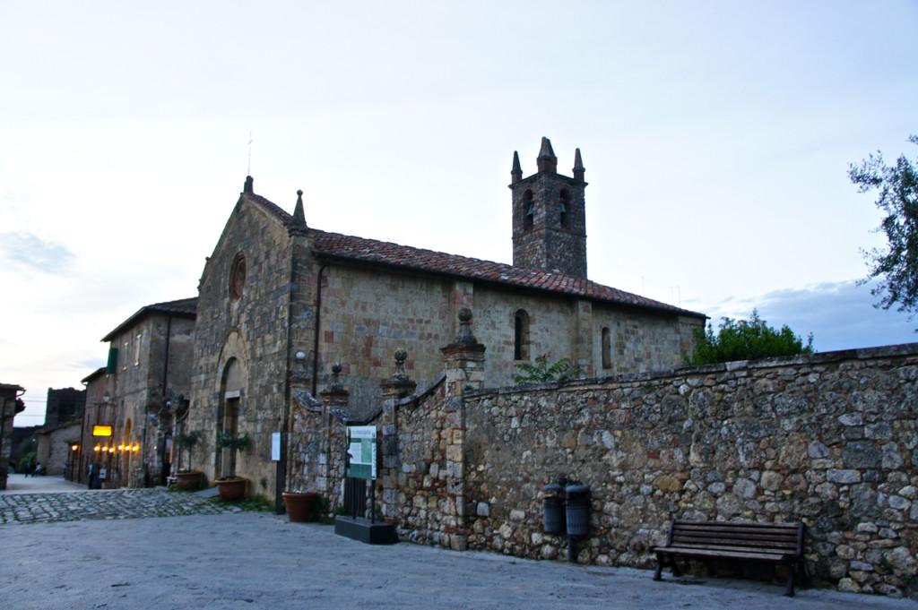 A igreja na praça principal ao cair da tarde...