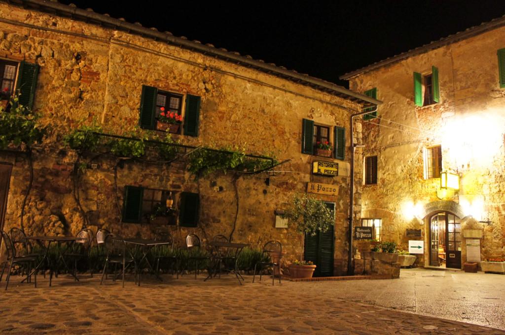 O restaurante mais famoso é Il Pozzo que estava fechado. Logo ao lado está o Ristorante da Remo onde comemos muito bem!